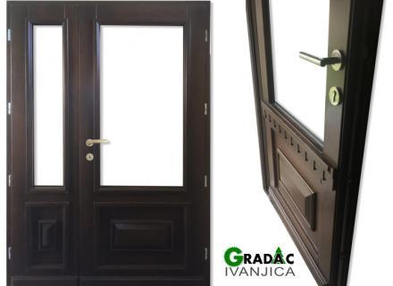 Ulazna drvena dvokrilna vrata sa reljefnim profilom spolja i staklom u gornjem delju, stolarija Gradac, Ivanjica.