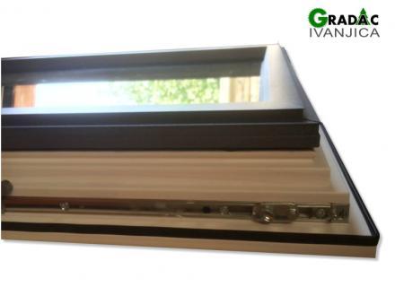 Drvo aluminijum prozor, presek profila, spolja metalik sivi aluminijum, iznutra lamelirano drvo obojeno u belu boju i zakretno okretni mehanizam prozora, stolarija Gradac Ivanjica.